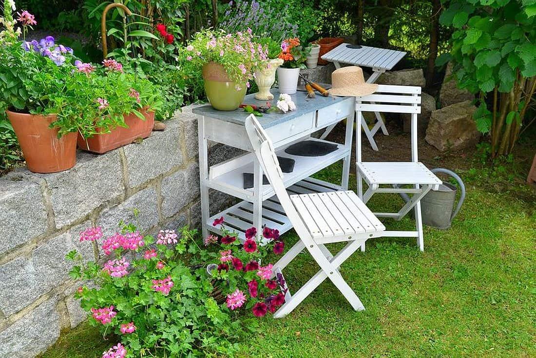 Ein weißer Pflanztisch mit Stühlen