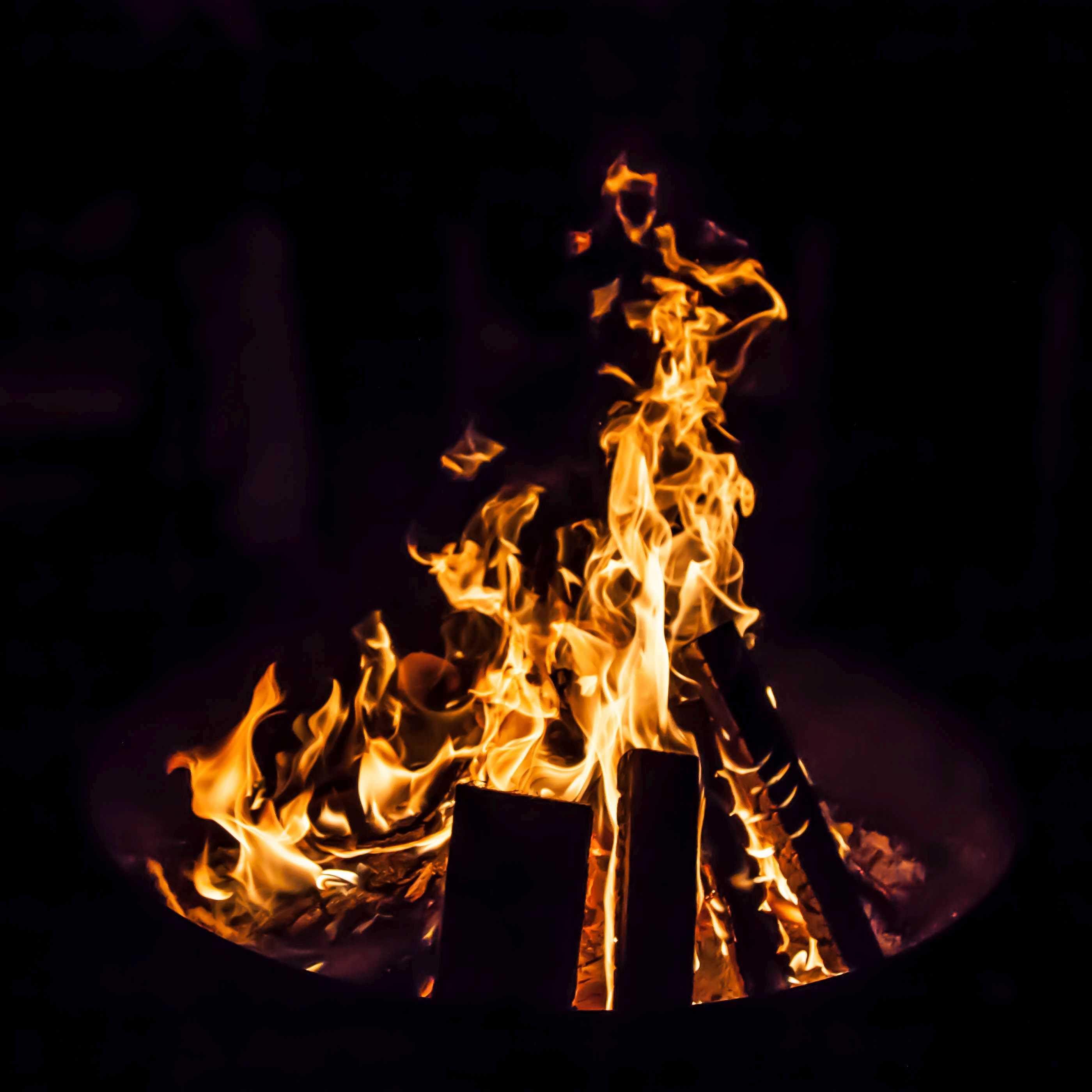 Brennendes Holz in der Feuerschale